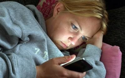 ระวัง!! นอนตะแคงเล่นแท็ปแล็ต-สมาร์ทโฟนทำคอเอียงเสียศูนย์